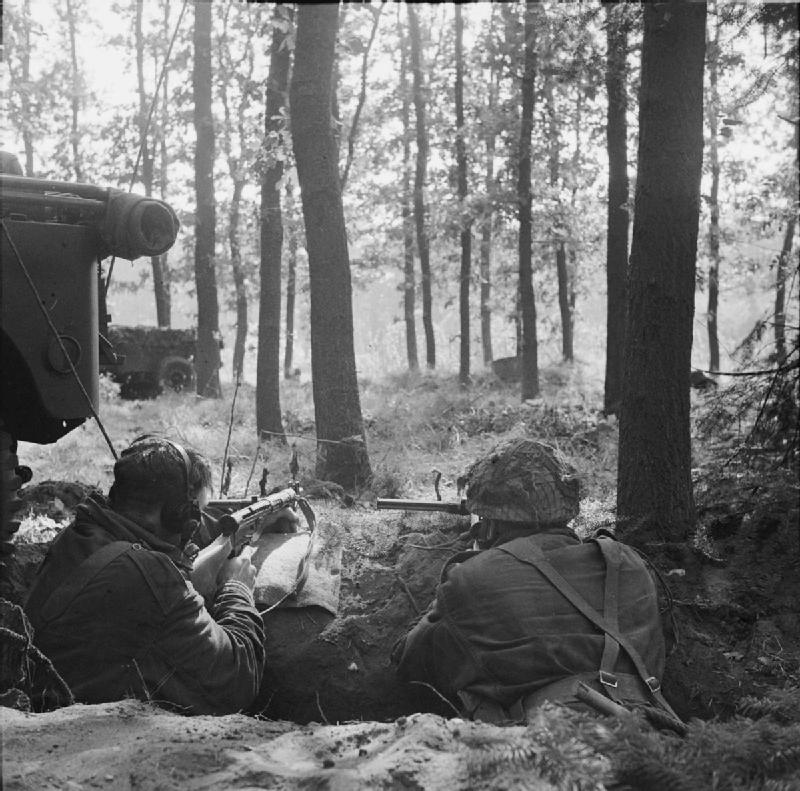 https://upload.wikimedia.org/wikipedia/commons/5/5f/Two_British_Airborne_troops_dug_in.jpg